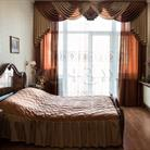 Коричневые шторы для спальни в классическом стиле.