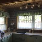 Зеленые шторы в загородном доме