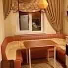 Эффектное оформление окна на кухне. Ламбрекен с римской шторой.